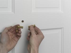 unscrewing door viewer