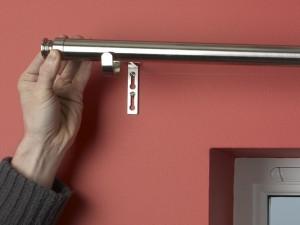 Positioning curtain pole on brackets