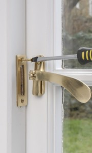 Fitting or cganging window furniture