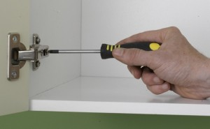 Fitting kitchen hinge with screwdriver