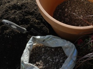 Putting gravel in pot to improve drainage
